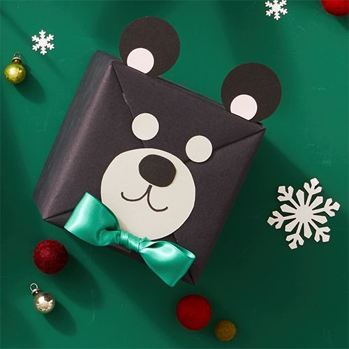 Balení vánočních dárků pro děti.