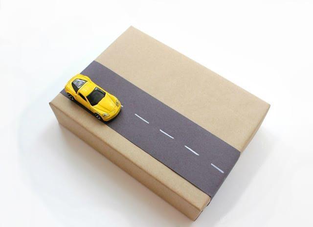 Jak zabalit dárek pro kluky? Použijte autíčka!