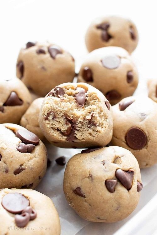Dia nepečené cukroví s čokoládou ve tvaru malých bochánků.
