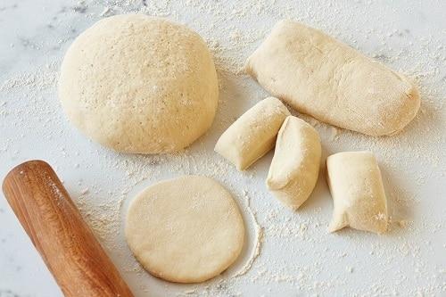 Syrové těsto na dia pečivo v různých tvarech.
