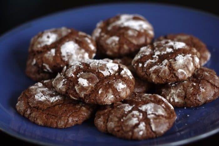 Kakaové rumové cukroví ve tvaru sušenek, sypané moučkovým cukrem.