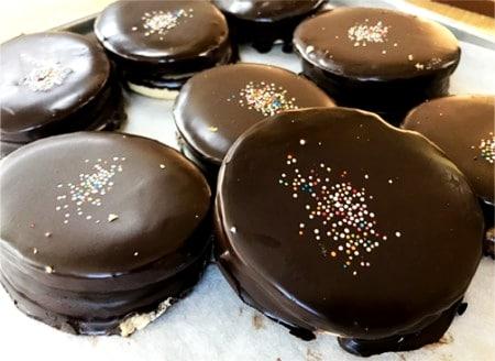 Veganské išelské cukroví zdobené čokoládou a barevným cukrářským sypáním.