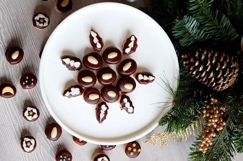 Mini išelské vánoční cukroví zdobené čokoládovou polevou a mandlemi.