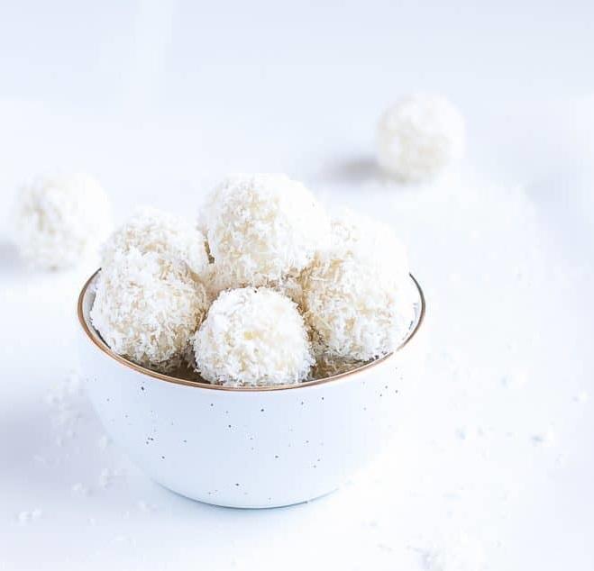 Domácí kuličky pro diabetiky, zdobené kokosem.