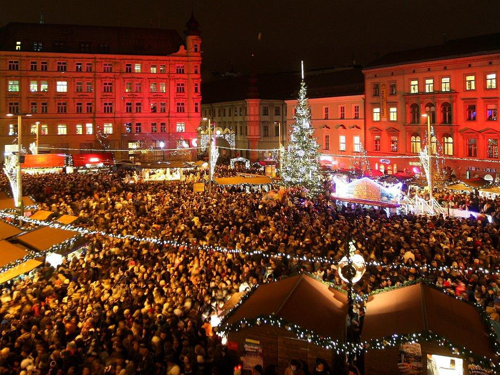Vánoční trhy V Brně se zalidněným náměstím.