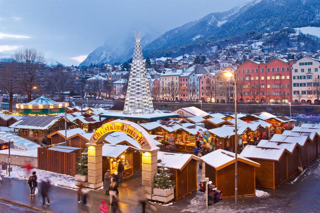Kouzelný vánoční trh v Innsbrucku zve svým podhorským prostředím.