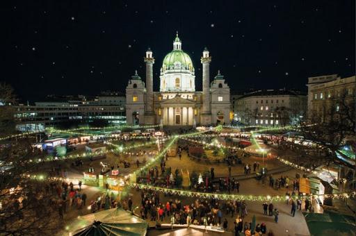Vánoční trhy ve Vídni jsou kouzelné a navštěvované mnoha turisty.
