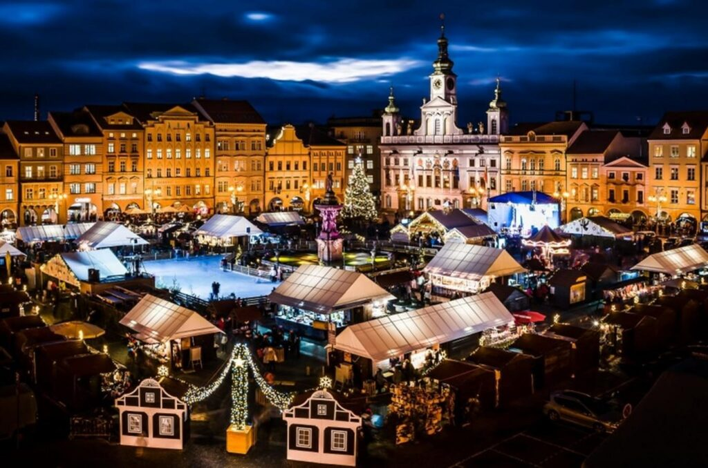Krásné vánoční jarmarky si letos nevychutnáme, tak jako tento v Českých Budějovicích.