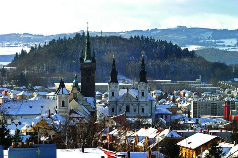 Klatovská zima láká do ulic i během konání vánočních trhů.