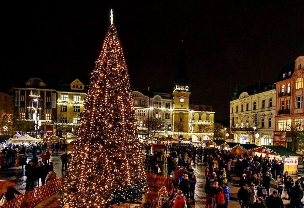 Krásný vánoční trh v Ostravě se nejspíše konat bude. Takto vypadaly předešlé ročníky.
