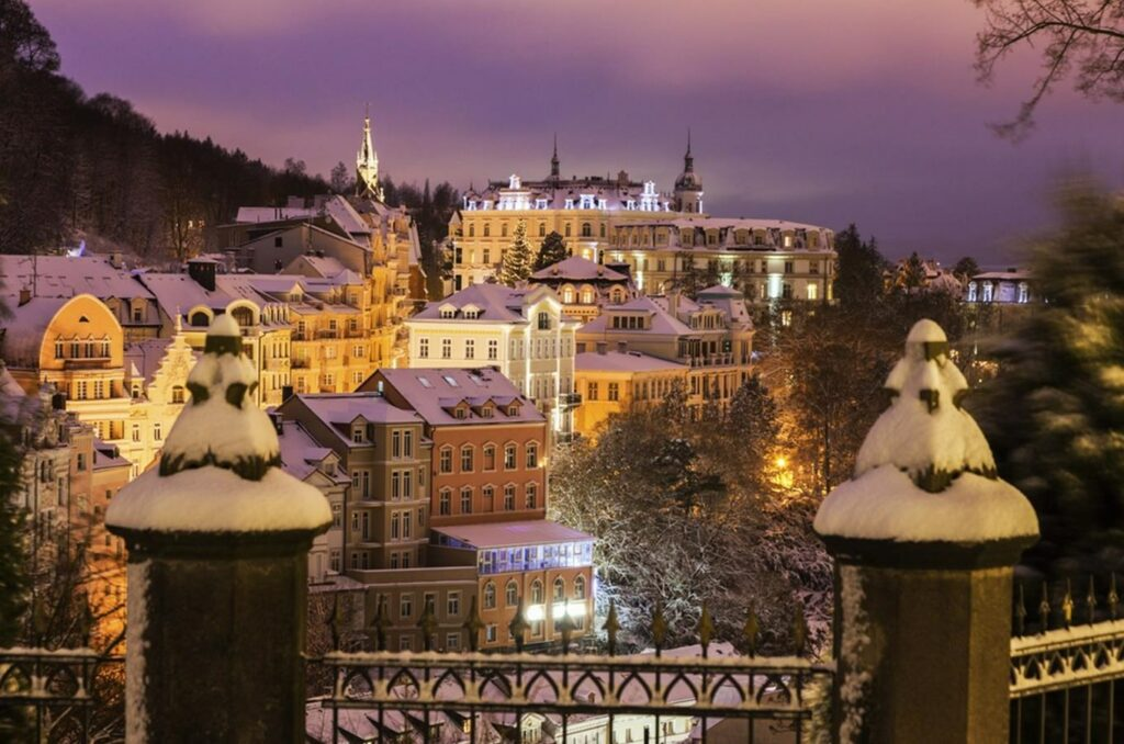 Krásné zimní Karlovy Vary se svou atmosférou Vánoc.
