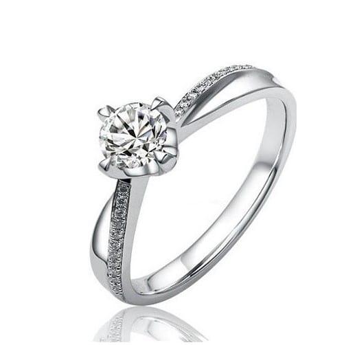 Stříbrný prstýnek pro každou ženu.