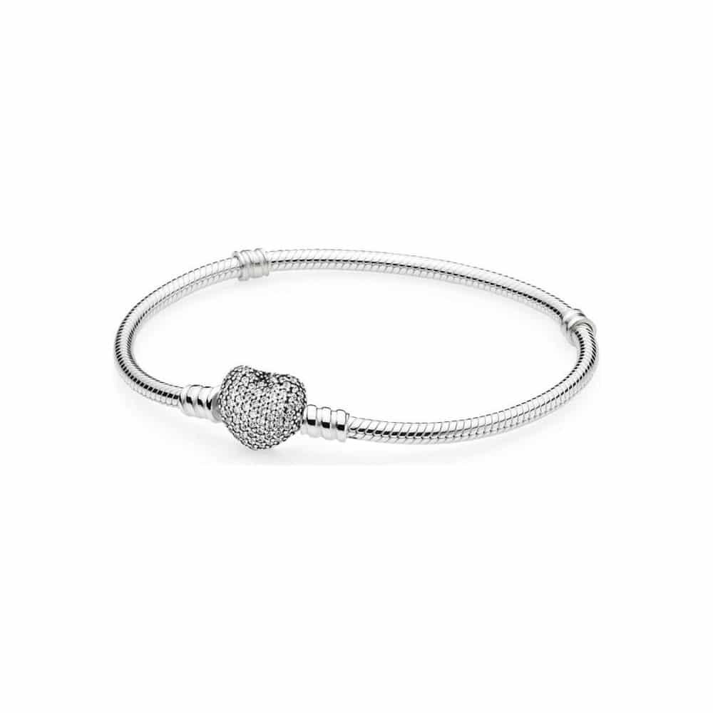 Pandora stříbrný náramek pro každou ženu.