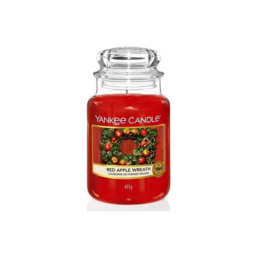Vánoční svíčka červená Yankee Candle vůně skořice, jablka, ořechů a zázvoru.