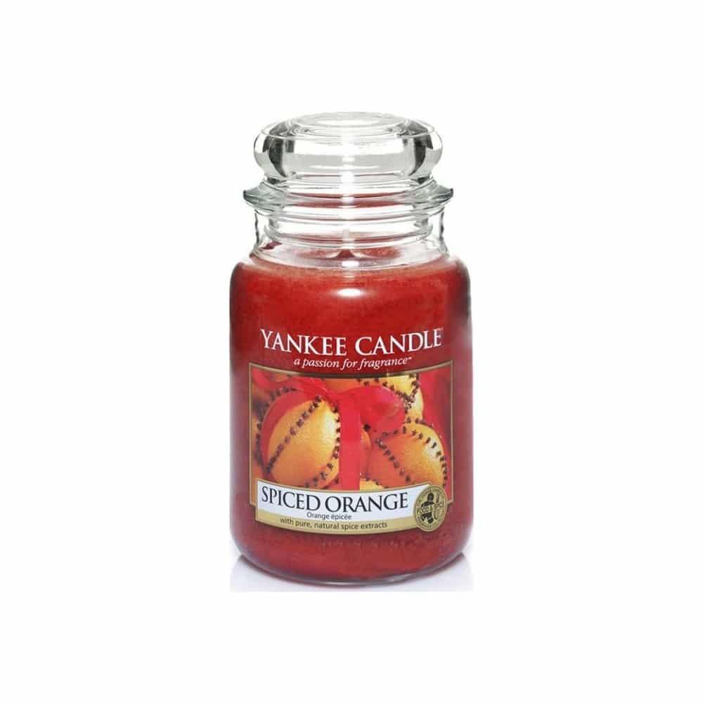 Vánoční svíčka s vůní kořeněného pomeranče a štiplavého zázvoru.